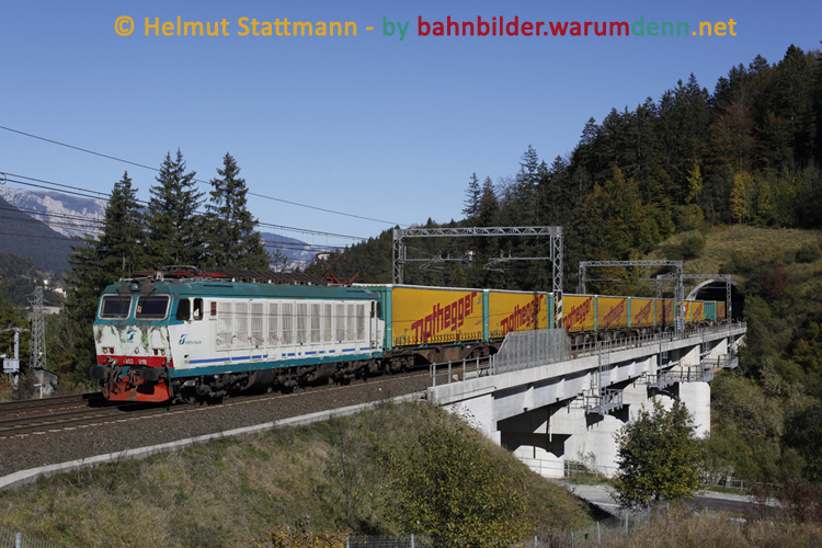 Foto zeigt FS E652 098 mit Nothegger-Containerzug bei Tarvisio-Boscoverde